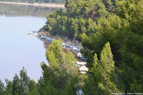 Vue sur la côte rocheuse à l'Est de l'étang de Lavalduc (Bouches du Rhône)