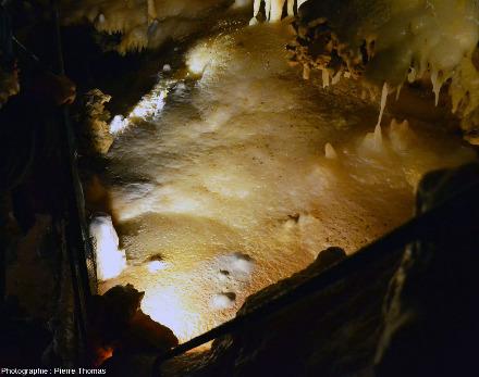 Vue générale du même secteur, on voit bien la forme approximativement circulaire de l'ancien micro-lac, en bas à gauche de la zone éclairée, grotte du Grand Roc, les Eyzies-de-Tayac-Sireuil, Dordogne
