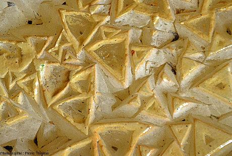 Secteur où l'on voit (au centre droit de l'image) une pyramide pointue, dont on voit très bien la pointe et les trois faces latérales