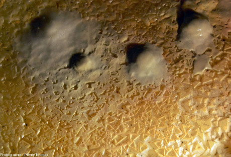 Dépôts stalagmitiques ayant poussé sur les triangles de calcite, postérieurement à l'assèchement du micro-lac, grotte du Grand Roc, les Eyzies-de-Tayac-Sireuil (Dordogne)