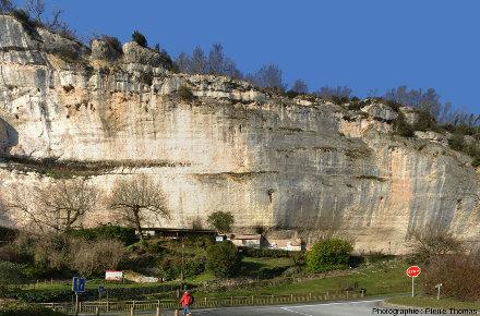 Le site de la grotte du Grand Roc, les Eyzies-de-Tayac-Sireuil (Dordogne), creusée par l'eau dans les falaises de calcaires du Crétacé supérieur qui dominent la Vézère