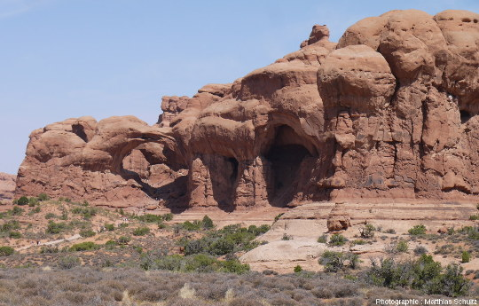 Double Arch, sur la gauche, accompagnée à droite par différents stades de formation d'arches, Parc national des Arches (Utah)