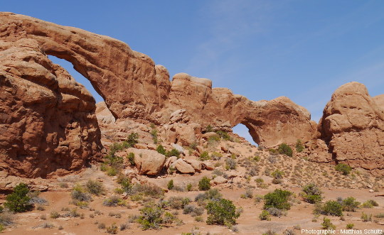 Vue d'ensemble des Fenêtres (The Windows), au Sud de la Salt Valley, Parc national des Arches (Utah)