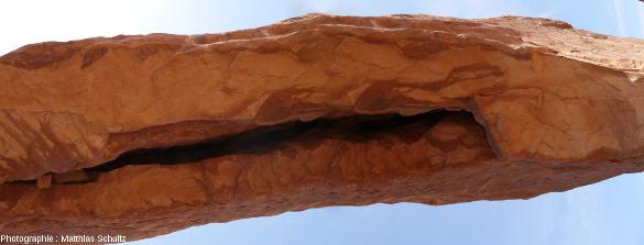 Vue en contre-plongée de la South Window dans laquelle bée une large fracture propice au détachement de blocs, Parc national des Arches (Utah)