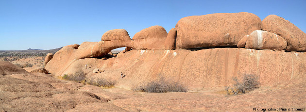 Paysage avec arche dans le granite du Spitzkoppe, granite crétacé (130 Ma) de Namibie