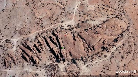 Vue aérienne verticale détaillée (les pistes donnent l'échelle) du secteur du Spitzkoppe (Namibie) où se trouve l'arche des images précédentes
