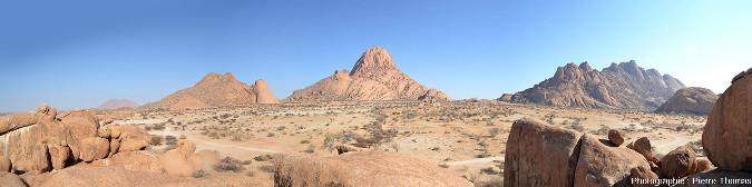 Vue globale vers le Nord prise depuis le voisinage de l'arche sur le sommet du Spitzkoppe (au centre) et sur des sommets annexes