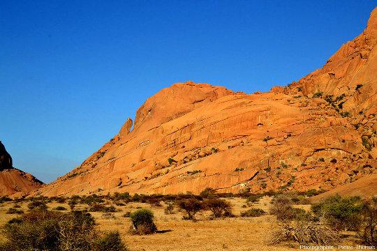Un secteur du Spitzkoppe (Namibie) ne présentant qu'une seule orientation de diaclases