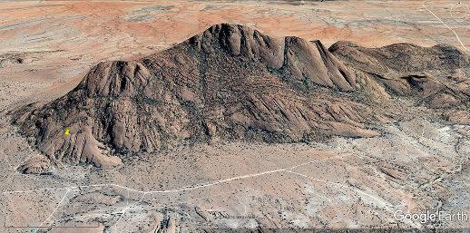 Vue aérienne oblique du secteur des images précédentes à diaclases peu élargies (punaise jaune)