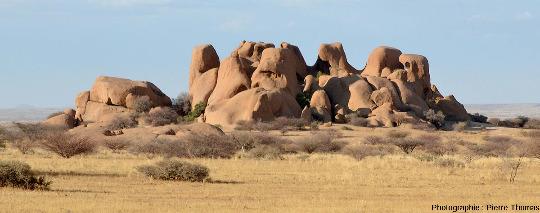Petit inselberg de granite au Nord du Spitzkoppe (Namibie) présentant une morphologie plus classique, sans ce découpage en lames et couloirs