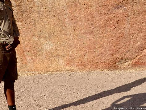 """Un petit """"équidé"""" rouge peint sur une paroi granitique, Small Bushman Paradise (Namibie)"""