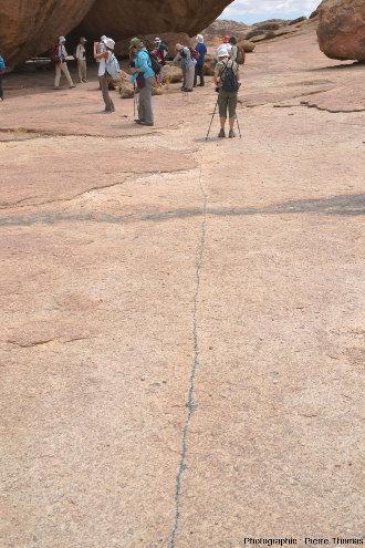 Filon aplo-pegmatitique vertical à tourmaline, filon long et étroit dans le granite de l'Erongo (Namibie)