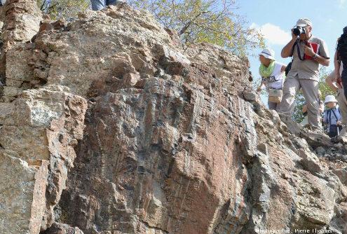 Affleurement mantellique à alternances harzburgite – pyroxénite schistosées recoupées par des filons de gabbro non schistosés, Amiantos, Chypre