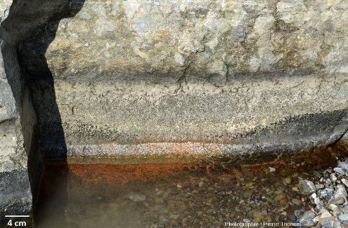 Figures d'érosion et de chenalisation dans des gabbros lités du wadi Bani Kharus, Oman