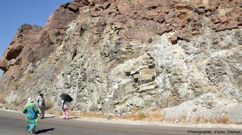 Gabbros lités affectés par de beaux plis, wadi Bani Kharus, Oman