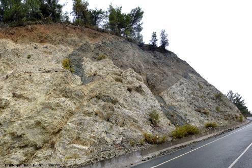 Vue d'ensemble sur le contact entre un plagiogranite (clair) et un gabbro isotrope (sombre), Palaiomylos, ophiolite de Chypre