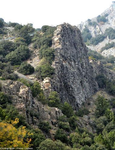 Filons de diabase / dolérite constituant l'ensemble de lamontagne dominant le village de Lagoudera, ophiolite de Chypre