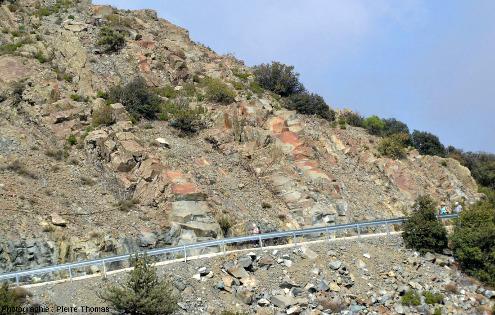 Vue générale sur un bord de route chypriote présentant une coupe fraiche dans le cortège filonien ophiolitique