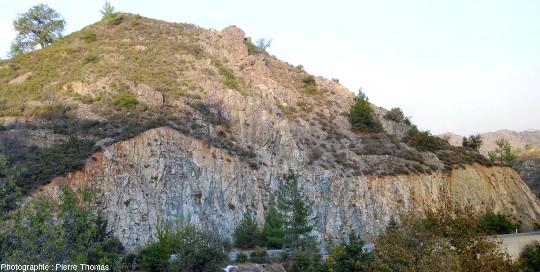 Zone du cortège filonien de l'ophiolite de Chypre près de Palaichori où les filons sont de deux natures (basique / acide)