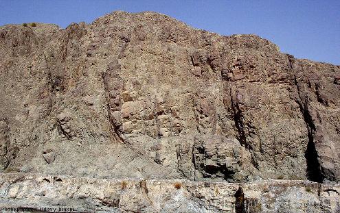 Cortège filonien dans la vallée du wadi Haymiliyah, Oman, montrant que de la tectonique est aussi à l'œuvre dans une dorsale