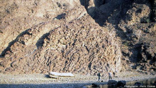 """L'affleurement de pillow lavas dit """"Geotimes"""" parce qu'il a fait la couverture de la revue scientifique américaine Geotimes Magazine en 1975, dans le wadi Al Jizi sur le bord de la route Sohar – Al Buraymi en Oman"""