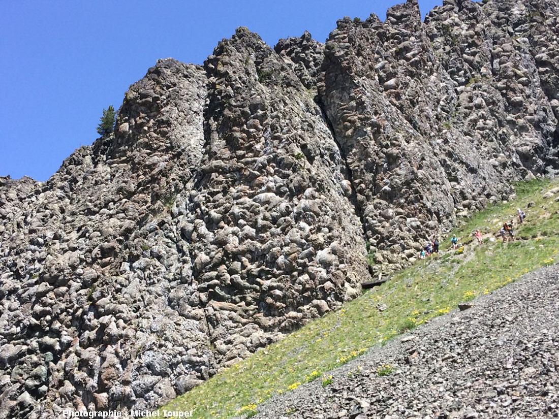 http://planet-terre.ens-lyon.fr/planetterre/objets/Images/Img629/629-ophiolite-basalte-16.jpg
