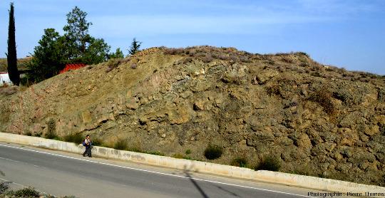 Coupe dans une succession de coulées, près de Kato Moni, ophiolite de Chypre