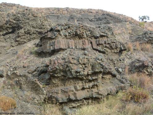 """Autre affleurement du secteur près de Malounta (Chypre) montrant la complexité du volcanisme """"sans pillow"""" dans l'ophiolite de Chypre"""