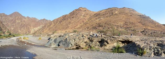 Vue générale sur le Moho pétrologique dans la partie amont du wadi Bani Kharus, Oman