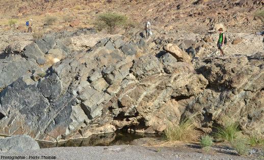 Vue rapprochée sur le Moho pétrologique dans la partie amont du wadi Bani Kharus, Oman