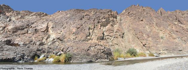 Vue large sur le Moho de la partie aval de la vallée du wadi Bani Kharus, Oman