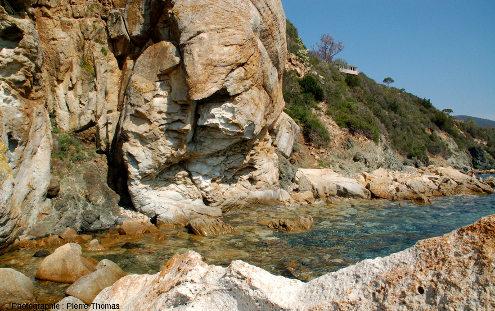 Filon de microgranite recoupant les serpentinites, et plus haut, le Moho et les sédiments, ile d'Elbe (Italie)