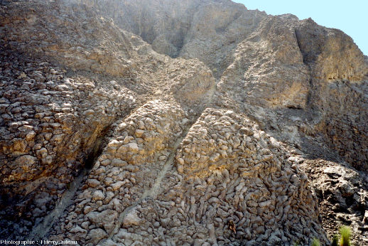 "L'affleurement de basaltes en coussins dit ""Geotimes"" de l'ophiolite d'Oman, wadi Al Jizi, vu depuis le Nord-Est"