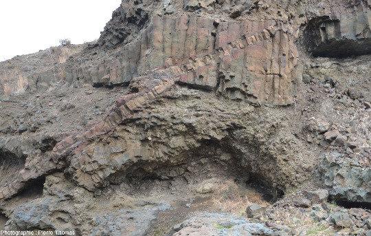 Alternance de basaltes en coussins, de coulées sans coussins et de pyroclastites, le tout recoupé par un filon de basalte qui traverse l'image en diagonale, falaise près de Malounta (Chypre)