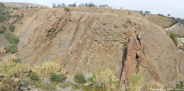 """Affleurement, assez dégradé par l'altération actuelle et/ou par l'altération hydrothermale, montrant un ensemble """"pyroclastites + laves en coussins"""" recoupé par des filons de basaltes, certains très altérés et d'autres pas, Kalo Chorio, Chypre"""