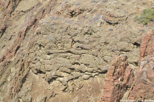 """Vue rapprochée sur cet affleurement montrant un ensemble """"pyroclastites + laves en coussins"""" recoupé par des filons de basaltes, Kalo Chorio, Chypre"""