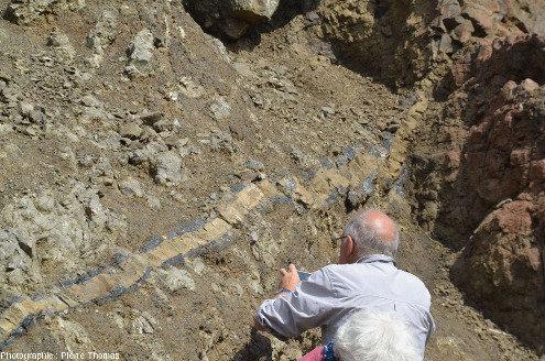 Vue d'ensemble d'un filon basaltique recoupant et fondant-vitrifiant des pyroclastites très hydratées-altérées, Kalo Chorio, Chypre
