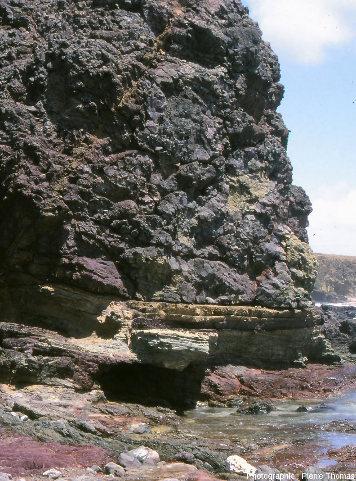 Vue de détail de la coulée supérieure de basaltes en coussins surmontant des strates de radiolarites, ophiolites de la pointe Est de la Désirade, Guadeloupe