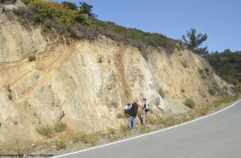 Affleurement à filon de basalte (coloré en brun par l'altération hydrothermal) recoupant des gabbros isotropes près de Chandria, ophiolite de Chypre