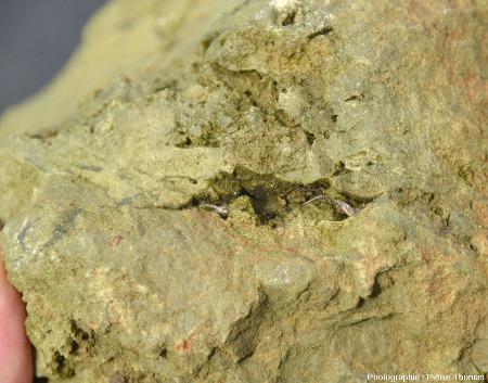 Mini-géode tapissée de cristaux d'épidote dans un bloc tombé du filon d'épidosite des figures précédentes, ophiolite de Chypre, près de Lemithou