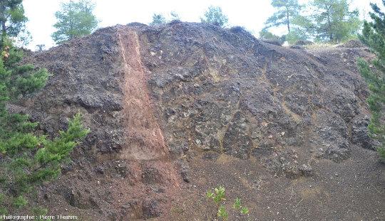 Filon de basalte très hydrothermalisé traversant une coulée de basaltes en coussins (Linou, Chypre)