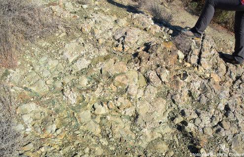 Vue sur les coussins de lave hydrothermalisés verdâtres, ophiolite près de Kampia (Chypre)