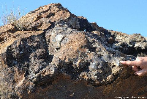 Vue sur les coussins de lave hydrothermalisés sombres, ophiolite près de Kampia (Chypre)