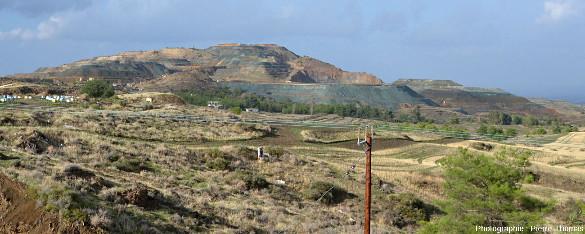 Vue de loin de la mine de Skouriotissa, encore en activité, ophiolite de Chypre