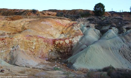 Vue d'ensemble de la paroi d'une ancienne mine de cuivre de Chypre