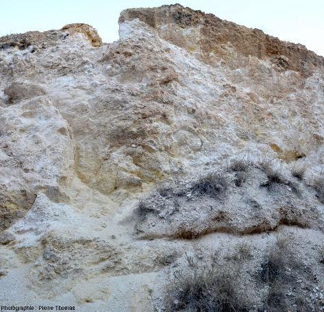 Vue d'ensemble de la paroi d'une ancienne mine de cuivre, ophiolite de Chypre