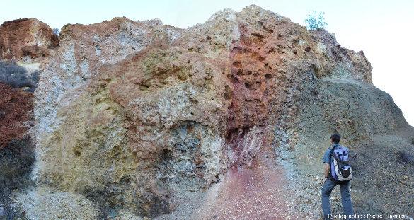 Vue d'ensemble d'une paroi d'une ancienne mine de cuivre de l'ophiolite de Chypre