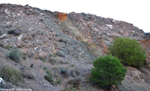 Vue d'ensemble d'une autre paroi d'une ancienne mine de cuivre de Chypre