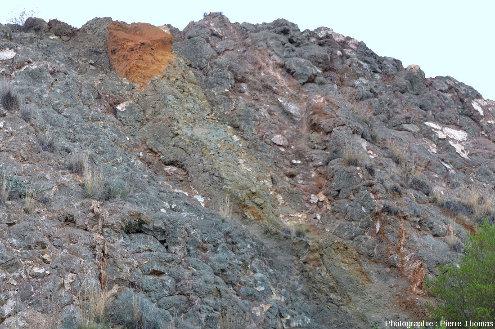 Vue de détail d'une autre paroi d'une ancienne mine de cuivre de Chypre