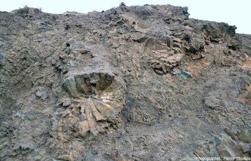 Vue d'ensemble d'une paroi d'une ancienne mine de cuivre chypriote constituée de giga-coussins de lave prismés en forme de tube de lave